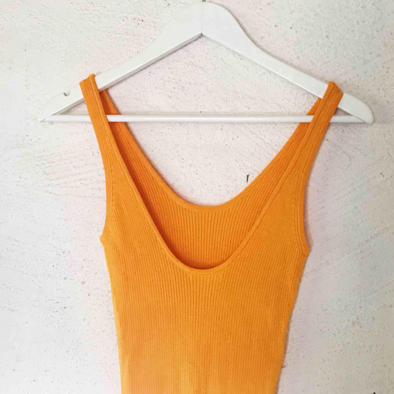 Superfin ribbad orange klänning från H&M. Jag som har kass ljussättning, den är alltså ej tonad utan samma färg hela vägen ner. 🥰 Tyget är väldigt stretch så passar  storlekarna XS-M (kanske L). Kan skicka fler bilder. Aldrig använd! Frakt tillkommer 🌹. Klänningar.