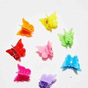 Hej jag säljer dessa super söta fjärilshårspännen! Man får en påse med 50st i alla olika färger. :) superfina till sommaren och riktig 90s känsla 💘🦋