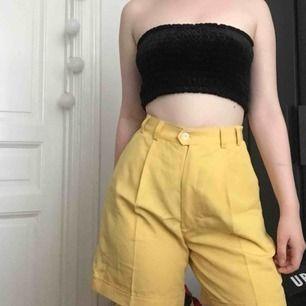 ANVÄNDER SWISH. Gula retro shorts, aldrig använda.