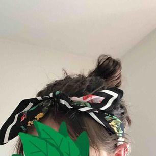 Blommig bandana/scarf/hårband från h&m, går att knyta ut och styla hur man vill ha den<3 GRATIS FRAKT!