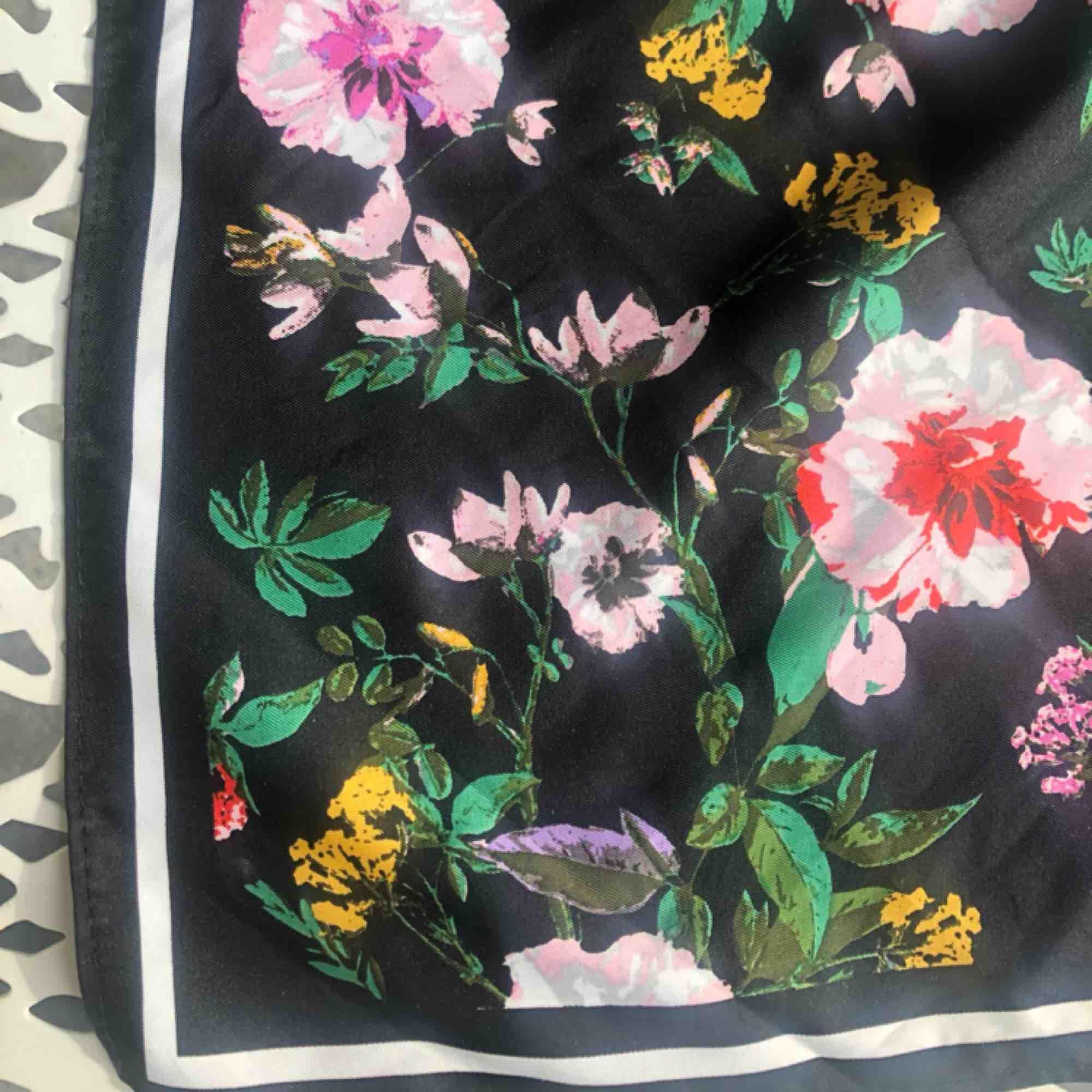 Blommig bandana/scarf/hårband från h&m, går att knyta ut och styla hur man vill ha den<3 GRATIS FRAKT!. Accessoarer.