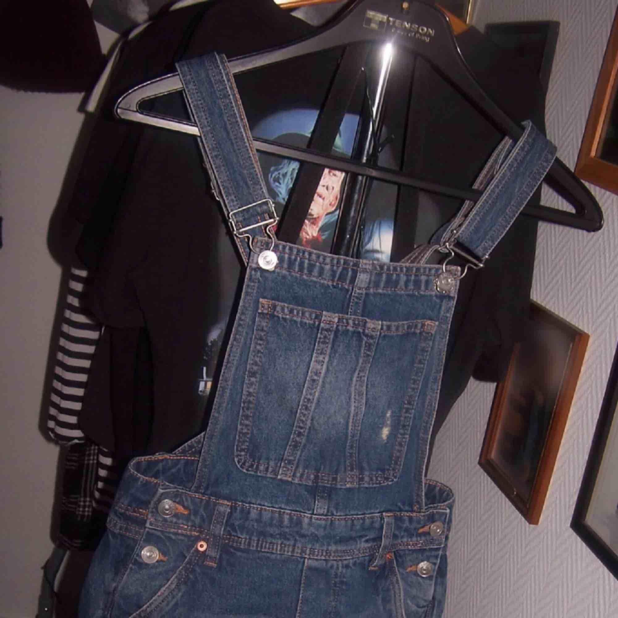 Hej. Jag säljer ett par hängselshorts i storlek 32 Använda ett fåtal gånger. Köparen står för frakten. Har ni några frågor så kan ni kontakta mig 🖤. Jeans & Byxor.