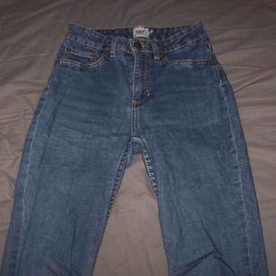 Hej. Jag säljer ett par jeans i storlek S. Byxorna är från lager 157, Köparen står för frakten. Har ni några frågor så kan ni kontakta mig 🖤