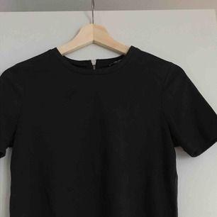 svart t-shirt i mocka imiterat tyg. väldigt skön