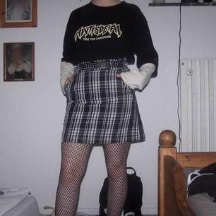 Hej. Jag säljer en rutig kjol i storlek M.  I kjolen så är det ett par shorts så ifall kjolen flyger up så är det ett par short isytt i kjolen. Köparen står för frakt (36 kr) Vid frågor kontakta mig 🖤
