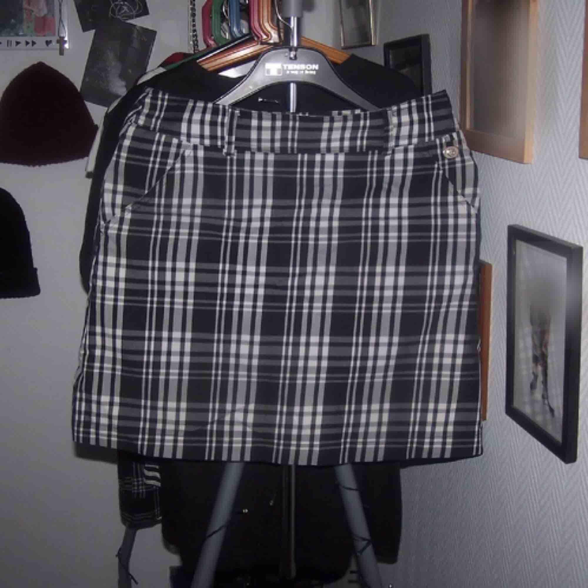 Hej. Jag säljer en rutig kjol i storlek M.  I kjolen så är det ett par shorts så ifall kjolen flyger up så är det ett par short isytt i kjolen. Köparen står för frakt (36 kr) Vid frågor kontakta mig 🖤. Kjolar.