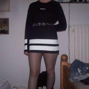 Hej. Jag säljer en lång svart tröja  Köparen står för frakten. Vid frågor kontakta mig 🖤