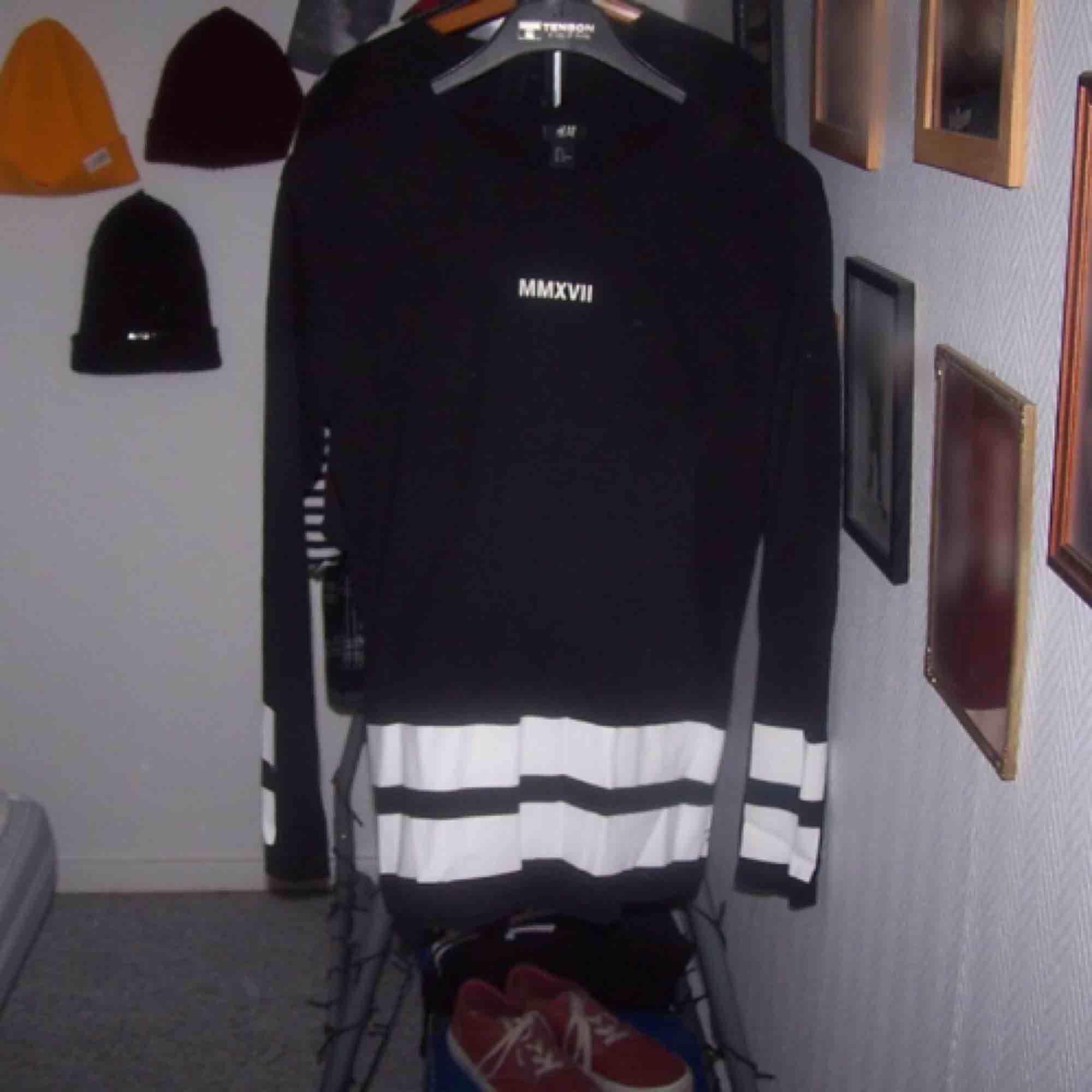 Hej. Jag säljer en lång svart tröja  Köparen står för frakten. Vid frågor kontakta mig 🖤. Tröjor & Koftor.