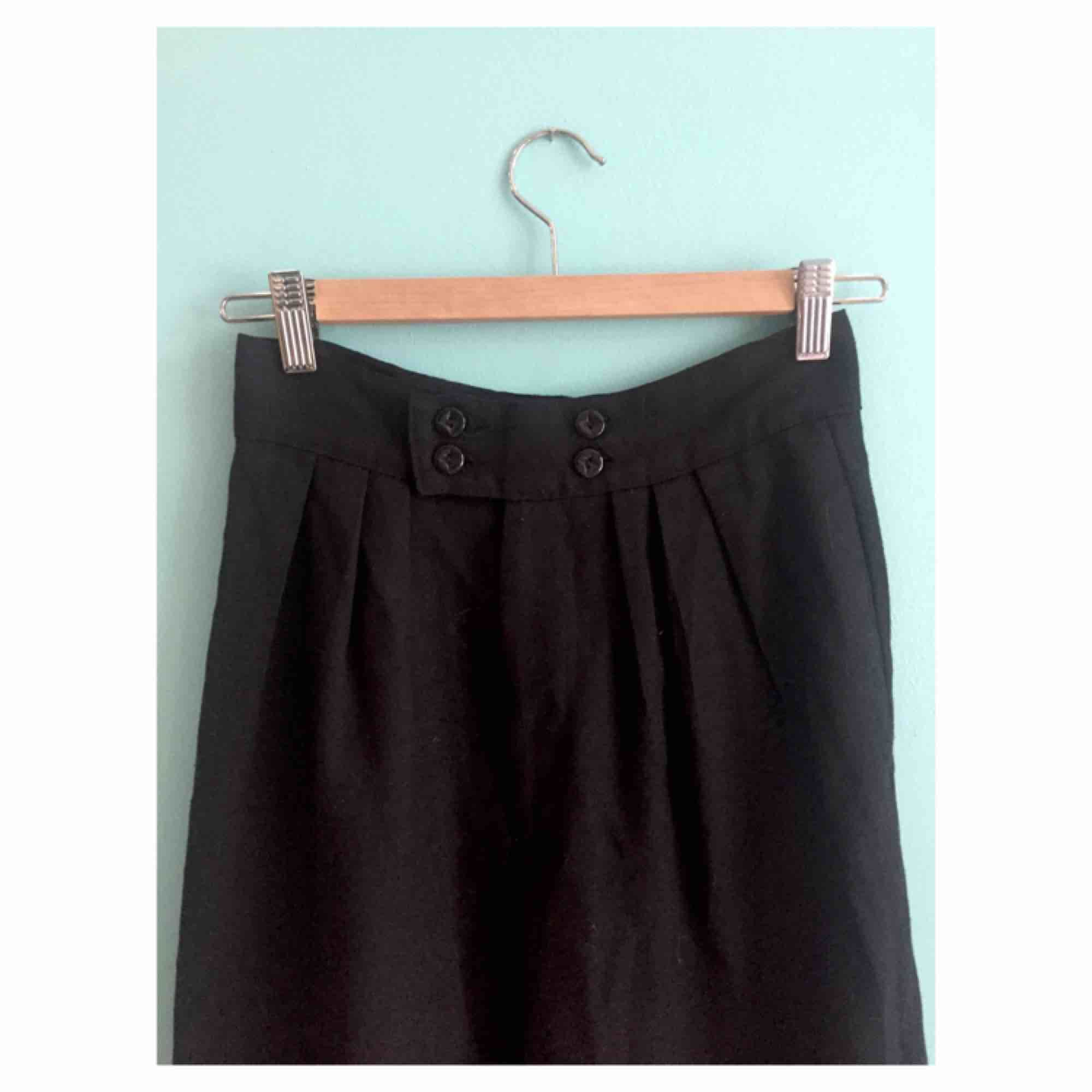 Väldigt höga vintage svarta kostymbyxor i XS/S från köpta på Beyond Retro. I fint skick! . Jeans & Byxor.