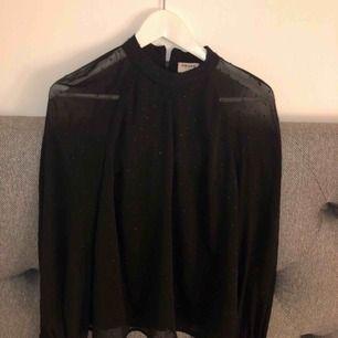 Fin svart blus från aware collections, använd vid ett tillfälle. Perfekta svarta blusen!