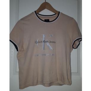 En svin cool vintage t-shirt från Calvin-klein. Står L på lappen men mer som xs eller s. Frakten ingår!