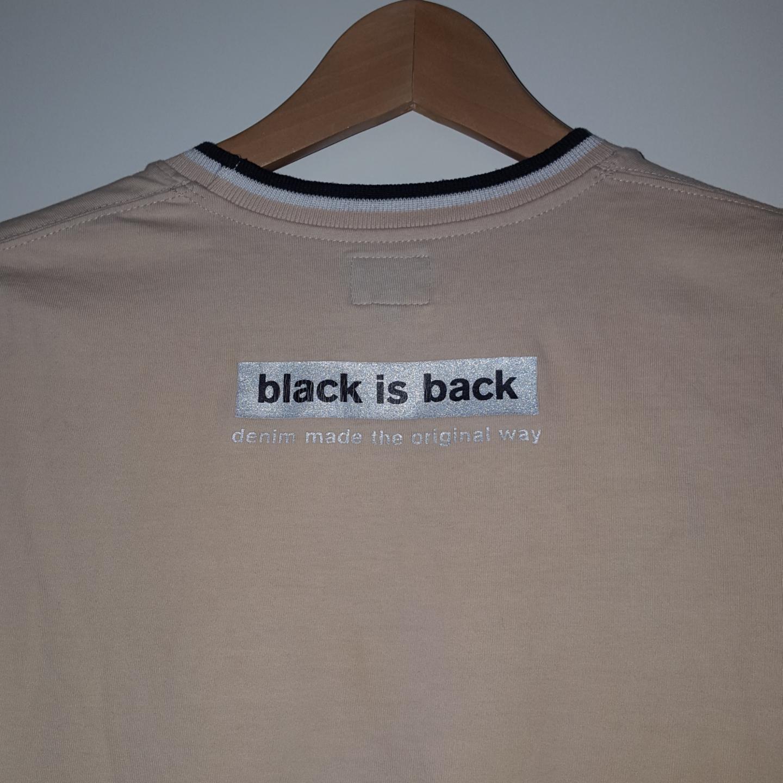 En svin cool vintage t-shirt från Calvin-klein. Står L på lappen men mer som xs eller s. Frakten ingår!. T-shirts.