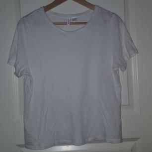 En basic vit tröja från H&M. Frakten ingår!