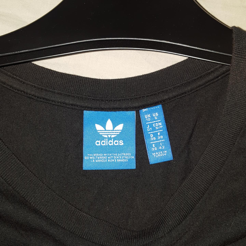 En Adidas tröja! Frakten ingår!. T-shirts.