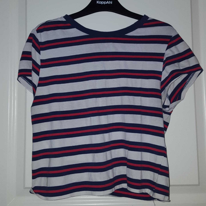 En randig tröja ifrån t-shirt. Står L men är en s. Frakten ingår :). T-shirts.