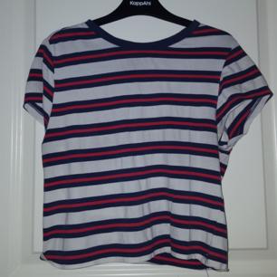 En randig tröja ifrån t-shirt. Står L men är en s. Frakten ingår :)