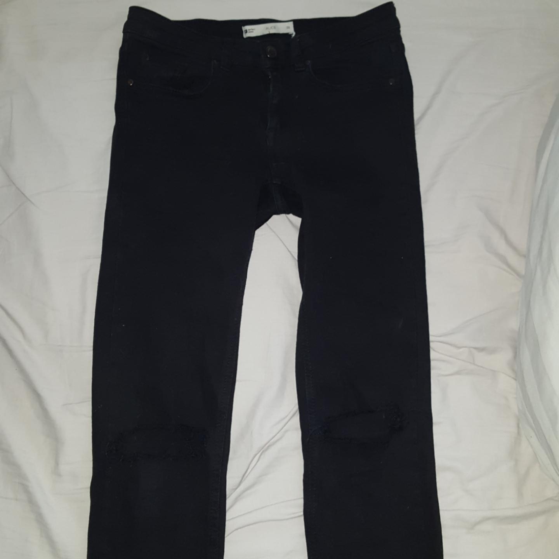 Svarta jeans med hål för knäna och fransar längst ner. Frakten ingår:) nästan oanvända . Jeans & Byxor.