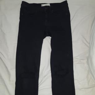 Svarta jeans med hål för knäna och fransar längst ner. Frakten ingår:) nästan oanvända