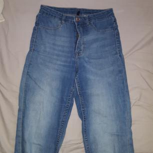 Blåa jeans ifrån H&M. Frakten ingår!