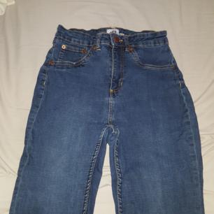 Jeans ifrån lager 157. Frakten ingår!