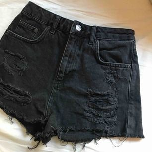 Svarta shorts med slitningar/hål i från topshop (högmidjade). Aldrig använda pga för små men är verkligen så fina!!🤩🤩 köparen står för frakten