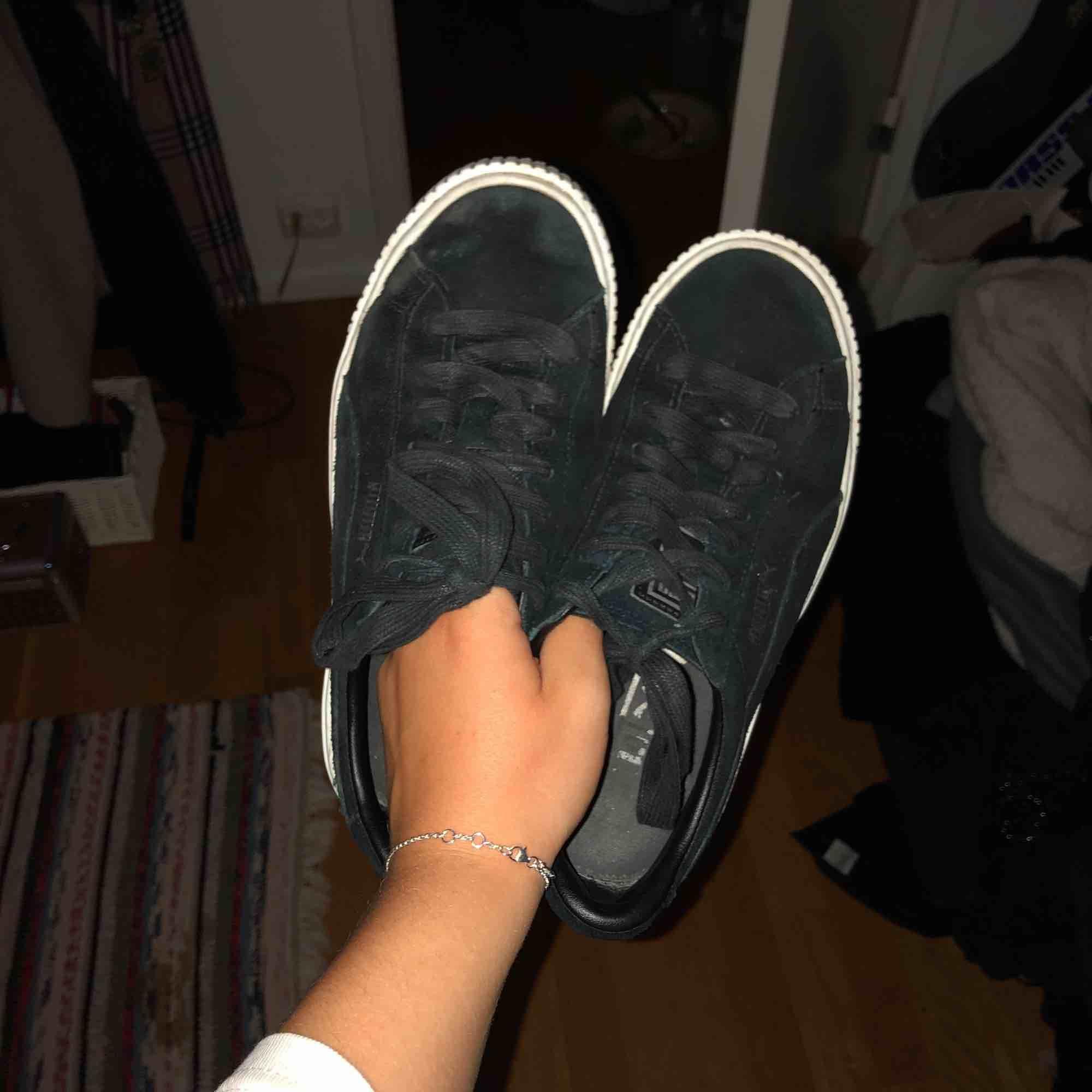 svarta puma suede platform!! skitsnygga skor i sammet, lite platå. sparsamt använda. Skor.