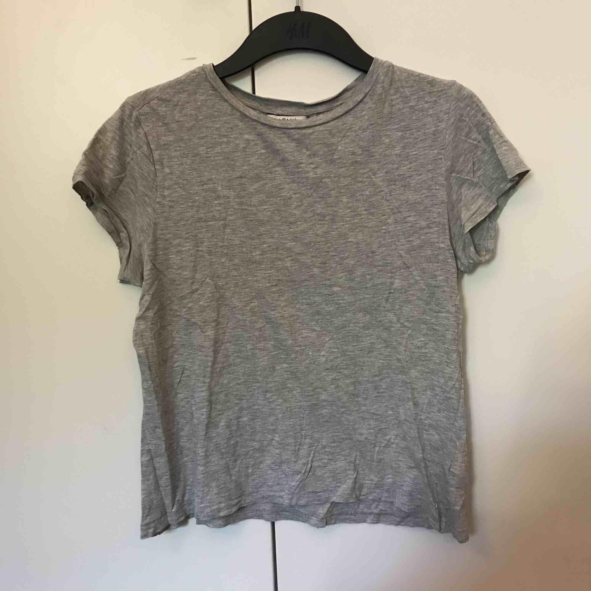 En vanlig t-shirt från monki i grått. Köparen står för frakt💓💓. T-shirts.