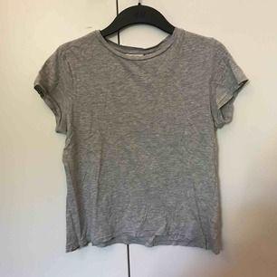 En vanlig t-shirt från monki i grått. Köparen står för frakt💓💓