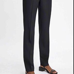 Säljer ett par kostymbyxor från Filippa K i storlek XXS i fin premiumull. Använda enbart en gång så de är i fint nyskick. Ordpris 1500 kr