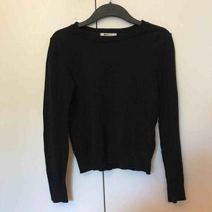 Vanlig långärmad tröja i svart från Ginatricot. Köparen står för frakt 💕
