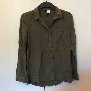 Snygg blus/skjorta i mörkgrön från hm med knappar och en ficka. Köparen står för frakt💙
