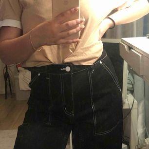 Galet balla svarta jeans med vita sömmar. De är raka och korta i modellen med högmidja. Dom är från en affär i Italien🐉🦋 Oanvända så mycket fint skick!