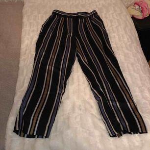 Ett par randiga byxor med olika färger, har aldrig använt pga de är korta på mig. (Jag är 1,56m) Dessa byxor är även lite mjukare i materialet och kommer från h&m.