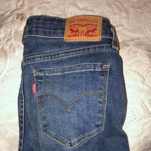 Ett par Levis jeans nästan helt oanvända! Fel storlek för mig tyvärr. De är low waist, bootcut modell, middle blue. Ord pris: 600kr! Passa pååååå❤️ Den som köper står för frakt!