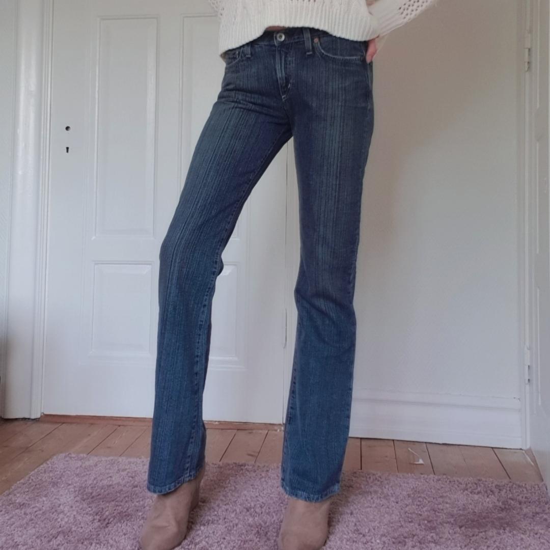 Dessa helt nya jeans finns på min webshop https://kristenssecondhand.storedo.com/  Betalning via swish. Jeans & Byxor.