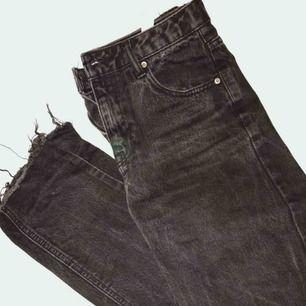 Ett par knappt använda skitsnygga mom jeans från Pull and Bear. Tvätten är lite flamrig vilket är skitnajs, de är bara för små för mig😩 Passa på att köpa!!!