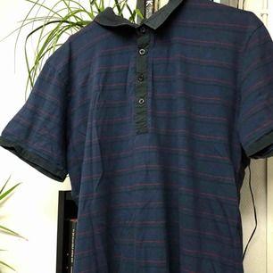 vintage skjorta, knappt använd. kan skicka fler bilder. frakt tillkommer och pris är förhandlingsbart.