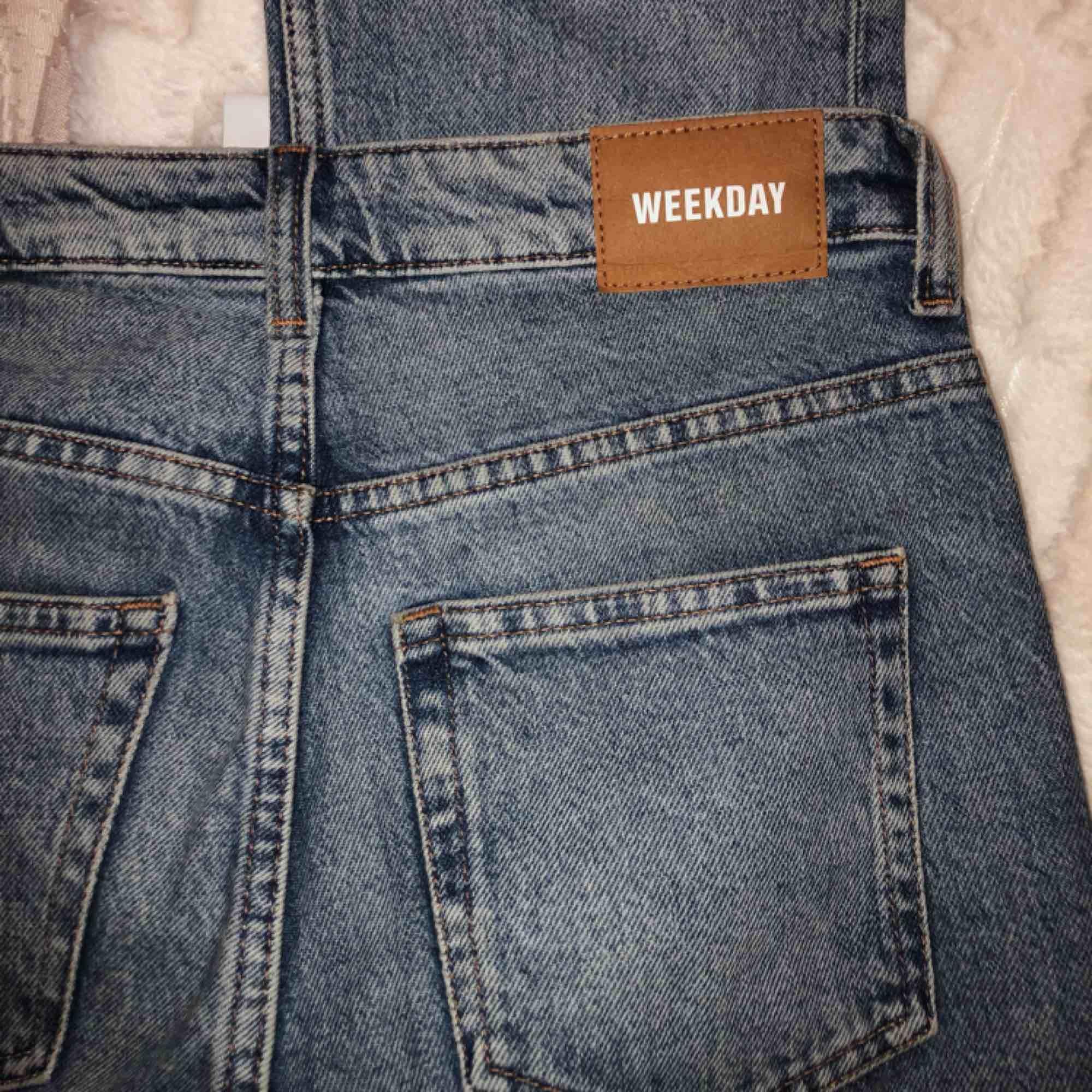 Highwaist denim jeans. Verkligen typ de snyggaste jeansen jag har. Har dock knappt använt dem pga jag insåg ganska snabbt de var fel storlek.💔💔💔 Ord pris var 500, passa på att köpa dessa för de kommer va de fräschaste jeansen att ha denna sommar. . Jeans & Byxor.