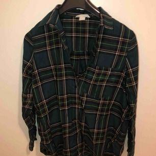 Jag har annars 36 men denna tröja passar för 34-38. Enkel clean skjorta. Kommer ej till användning. Ord pris 299kr, köparen står för frakt på 10kr.