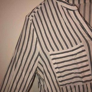 (Obs ostruken) blus/skjorta i randig. Passar till allt! Fest eller vardag. Enkel å snygg. Köparen står för 10kr frakt.