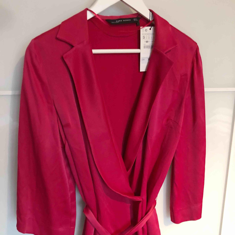 Helt ny blazer blus från Zara, sjukt fin på. Blusar.