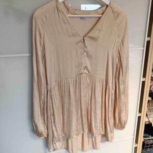 Fin silkes blus, lite längre modell, fin ljus beige färg svår att få på bild