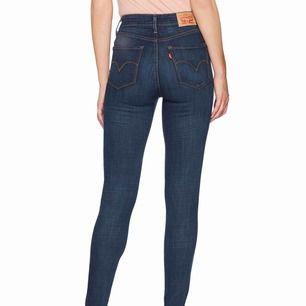 """Skitsnygga jeans från Levi's som är snålt använda. Enda """"skadan"""" är en liten slitning, men det ser ut som att den ska vara där. Modellen är high Rise skinny, storlek 25. Högmidjade och sköna! 500 kr. Först till kvarn! Vill bli av med allt!"""