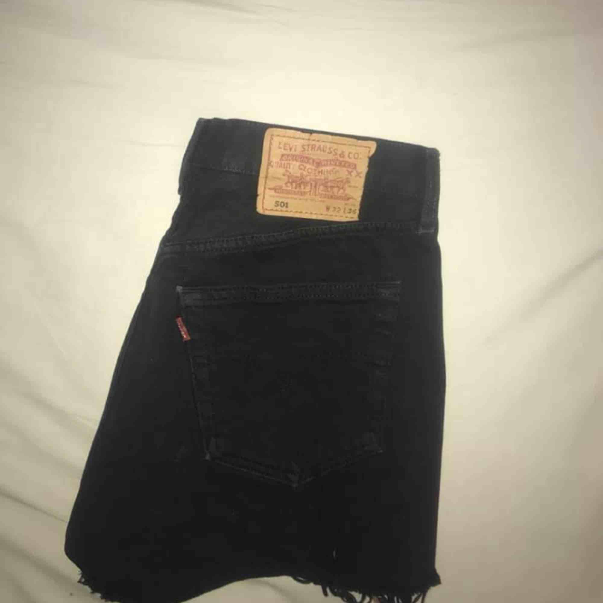 Högmidjade Levi's 501-shorts i äldre modell. Obs: storleken är mycket mindre i midjan, skulle säga som en S/M då dem precis är för små för mig som vanligtvis har M/L. Kan mötas upp i Göteborg eller frakta, köparen står isåfall för fraktkostnaden💫. Shorts.