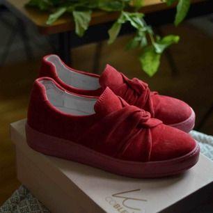 Sköna skor i äkta mocka från K.Cobler. Använda vid två tillfällen.   Storlek 40, jag är vanligtvis en 40-41 men de är aningen små för mig.