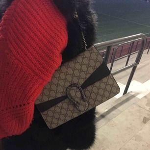 Gucci väska kopia Den är inköpt för 1000kr och i bra skick endast använd ett fåtal gånger.