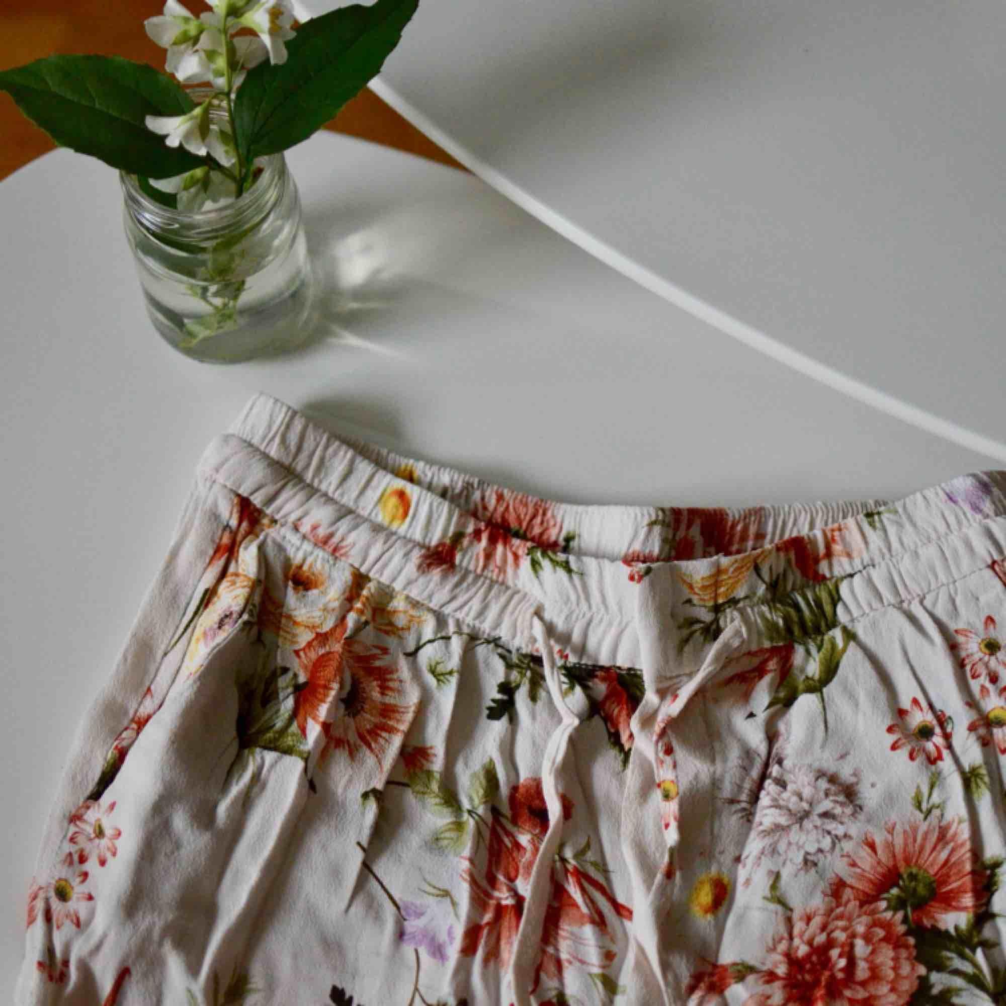 Fina, tunna byxor från Zara, använda ett antal gånger men i mycket fint skick!  Storlek XS  Jag på bilden är 175 cm lång, vanligtvis en storlek S-M . Jeans & Byxor.