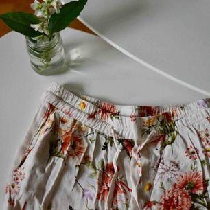 Fina, tunna byxor från Zara, använda ett antal gånger men i mycket fint skick!  Storlek XS  Jag på bilden är 175 cm lång, vanligtvis en storlek S-M