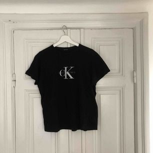 Säljer en svart t-shirt ifrån Calvin Klein. Vet inte storleken då jag tidigare klippt bort lappen men funkar till XS-M beroende på hur du vill att den sitter. Bra skick och inte mycket använd.