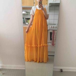 Underbar klänning, en riktig dröm! En underklänning och sedan en tunn genomskinlig ovanpå. Fina volanger. Superhärlig och somrig🌞